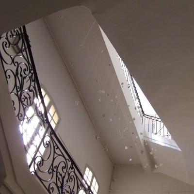 Suspendre le temps, marbre Calacata, installation in situ Hôtel Maynier d'Oppède